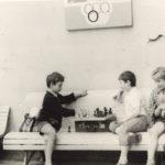 Играю в шахматы с друзьями. Слева на лавочке - моя бабуля (лето 1978)